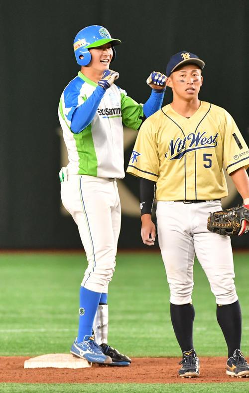準々決勝セガサミー対NTT西日本 7回表セガサミー2死満塁、中川(左)は左前に走者一掃の適時二塁打を放ちガッツポーズする(撮影・柴田隆二)