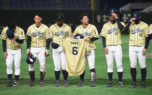 準々決勝セガサミー対NTT西日本 敗れたNTT西日本ナインはスタンドに頭を下げる(撮影・柴田隆二)