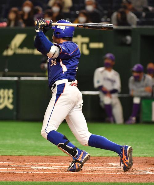 ヤマハ対NTT東日本 1回裏NTT東日本2死一、二塁、笹川は右翼線に適時二塁打を放つ(撮影・柴田隆二)