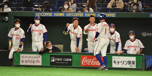 準々決勝ホンダ対西部ガス 5回表ホンダ1死満塁、佐藤の左前適時打で三塁走者吉田が生還しナインの出迎えを受ける(撮影・柴田隆二)