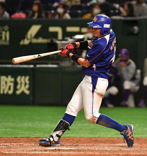 ヤマハ対NTT東日本 4回裏NTT東日本2死一、二塁、火ノ浦は右越えに3点本塁打を放つ(撮影・柴田隆二)