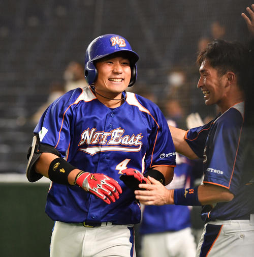 ヤマハ対NTT東日本 4回裏NTT東日本2死一、二塁、火ノ浦は右越えに3点本塁打を放ち笑顔でナインの出迎えを受ける(撮影・柴田隆二)