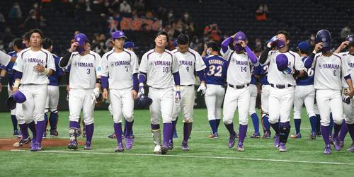 ヤマハ対NTT東日本 7回にコールド負けしたヤマハナインはがっくり引き揚げる(撮影・柴田隆二)