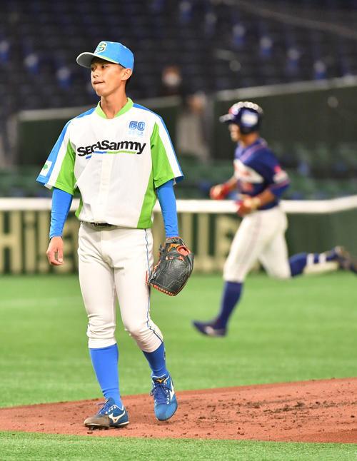 ホンダ対セガサミー 3回表ホンダ無死、鈴木の右越えに本塁打を浴びたセガサミー・草海(撮影・柴田隆二)
