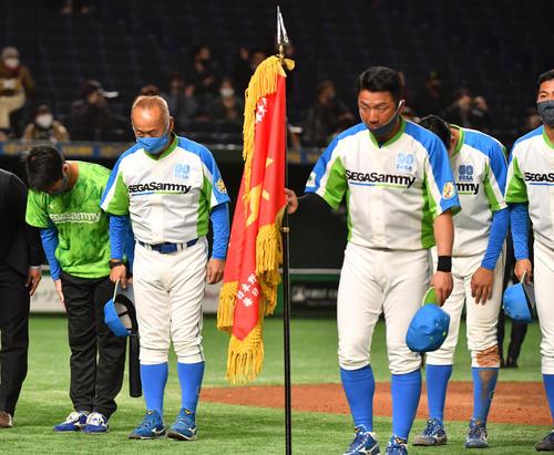 ホンダ対セガサミー タイブレーク10回で敗れたセガサミー・西田監督(左端)はスタンドに頭を下げる(撮影・柴田隆二)