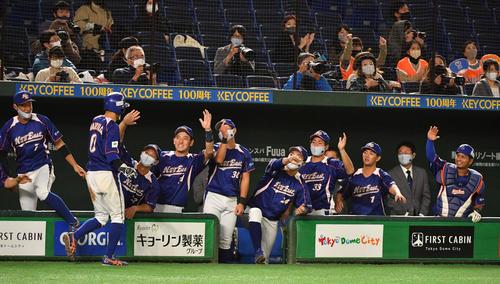 NTT東日本対日本新薬 4回表NTT東日本2死満塁、桝沢の左前適時打で三塁走者丸山が生還しナインの出迎えを受ける(撮影・柴田隆二)