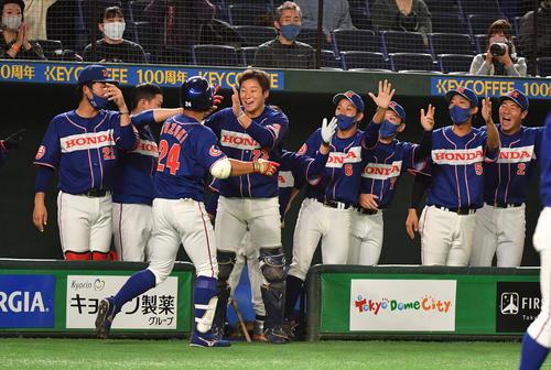 ホンダ対セガサミー 3回表ホンダ無死、鈴木は右越えに本塁打を放ちナインの出迎えを受ける(撮影・柴田隆二)