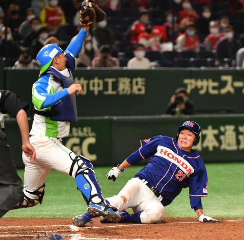 ホンダ対セガサミー 7回表ホンダ2死一、二塁、桧村の左前安打で二塁走者辻野がホームを突くがアウトになる。捕手須田(撮影・柴田隆二)