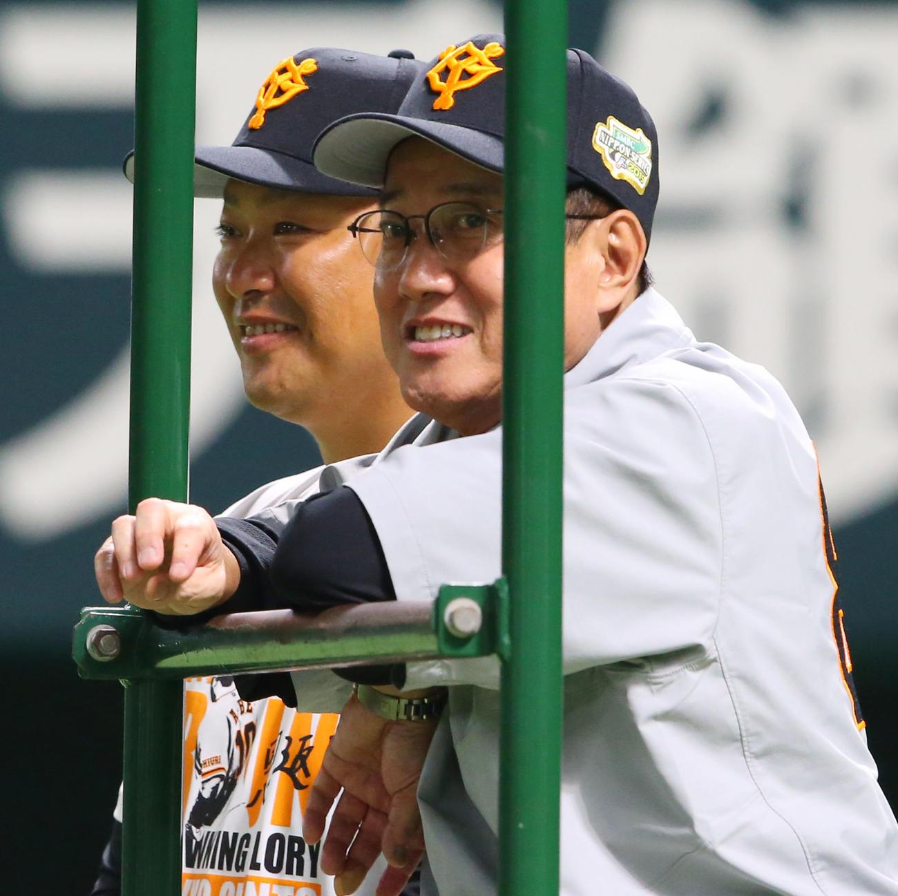 巨人村田コーチ(左)と原監督(2019年10月18日撮影)