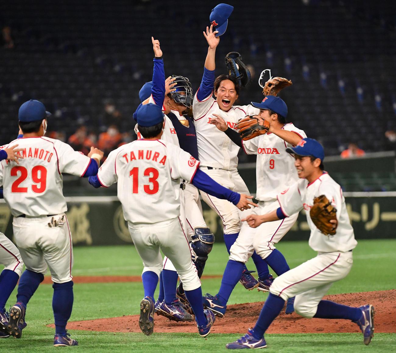 NTT東日本対ホンダ 優勝したホンダナインは歓喜の輪を作る(撮影・柴田隆二)