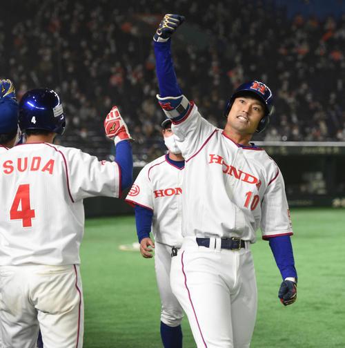 決勝NTT東日本対ホンダ 5回裏ホンダ1死一、二塁、井上は右越えに本塁打を放ちガッツポーズする(撮影・柴田隆二)