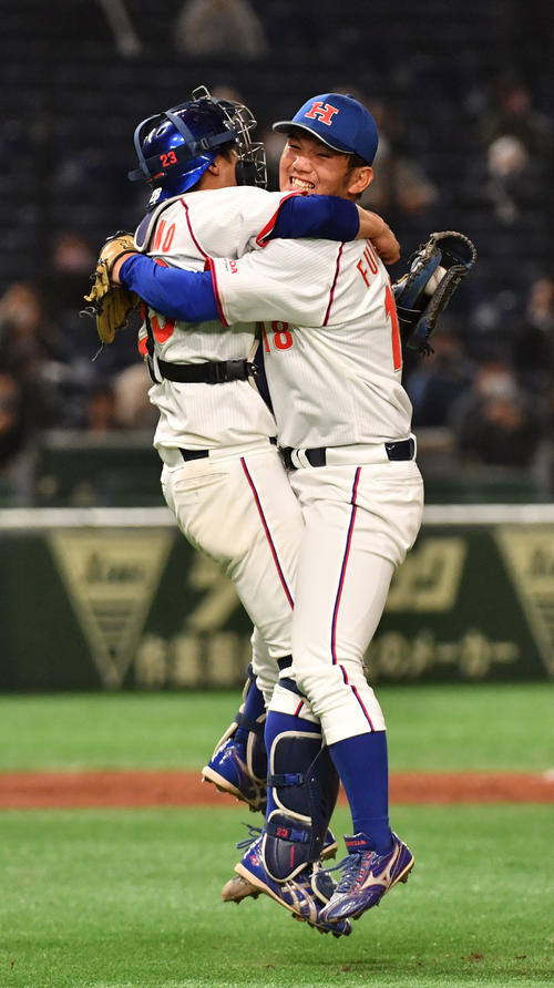 決勝NTT東日本対ホンダ 優勝したホンダ・福島(右)は辻野捕手と抱き合う(撮影・柴田隆二)