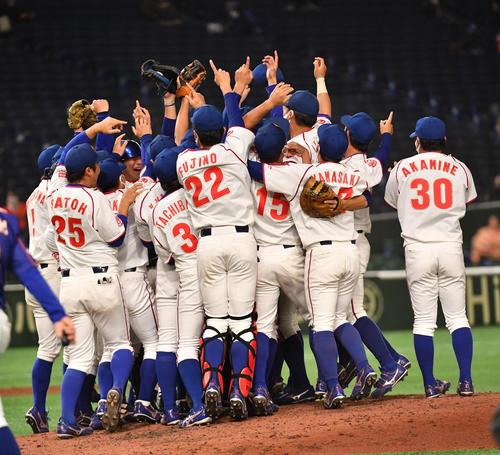決勝NTT東日本対ホンダ 優勝したホンダナインは歓喜する(撮影・柴田隆二)