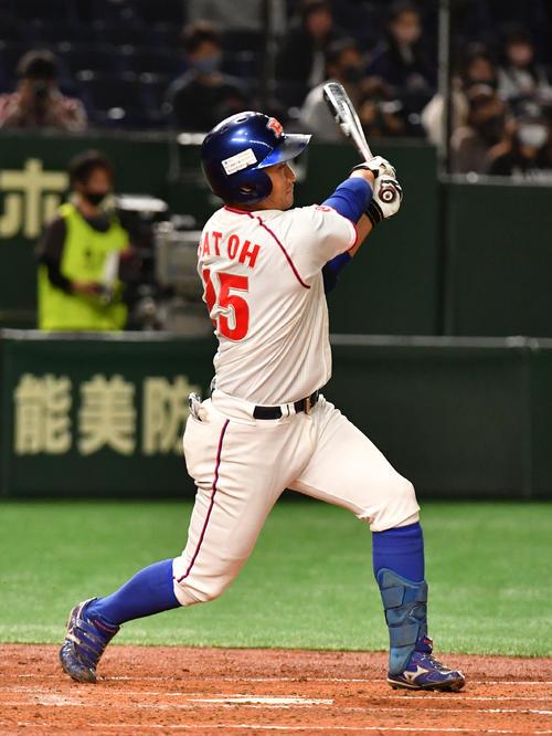 1回裏ホンダ2死二塁、佐藤は中前に適時打を放つ