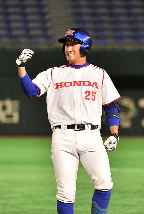 1回裏ホンダ2死二塁、佐藤は中前に適時打を放ちガッツポーズする(撮影・柴田隆二)