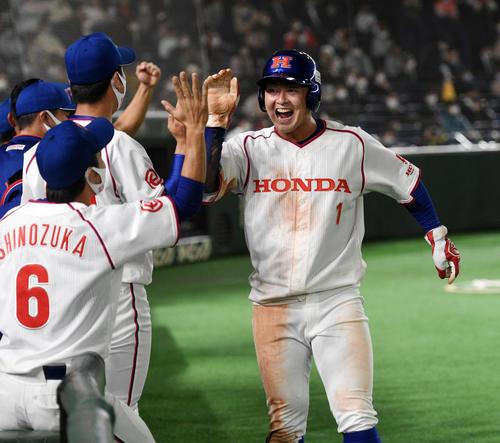1回裏ホンダ2死二塁、佐藤の中前適時打で二塁走者吉田が生還しナインの出迎えを受ける(撮影・柴田隆二)