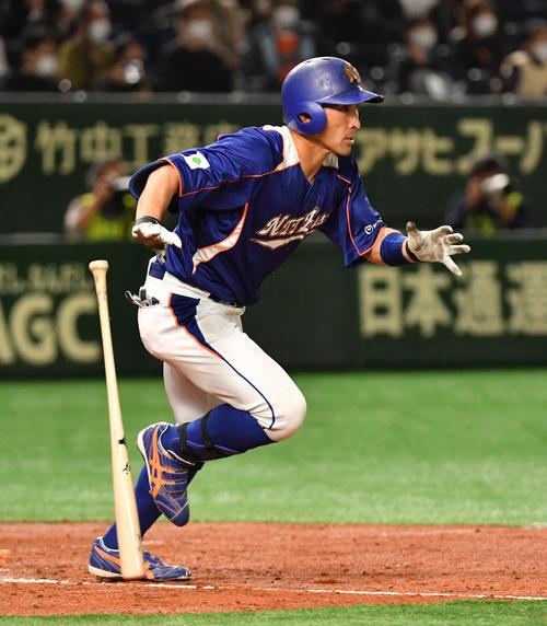 決勝NTT東日本対ホンダ 2回表NTT東日本1死二塁、喜納は右前に適時打を放つ(撮影・柴田隆二)