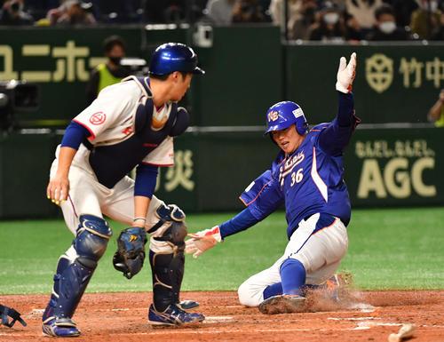 決勝NTT東日本対ホンダ 2回表NTT東日本1死二塁、喜納の右前適時打で二塁走者笹川が生還する。捕手辻野(撮影・柴田隆二)