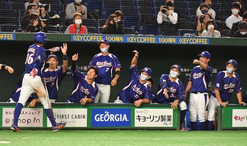 決勝NTT東日本対ホンダ 2回表NTT東日本1死二塁、喜納の右前適時打で二塁走者笹川が生還しナインの出迎えを受ける(撮影・柴田隆二)