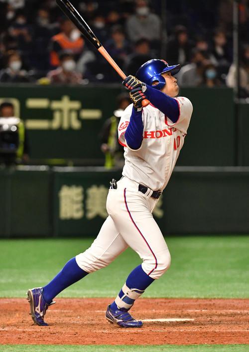 決勝NTT東日本対ホンダ 5回裏ホンダ1死一、二塁、井上は右越えに本塁打を放つ(撮影・柴田隆二)