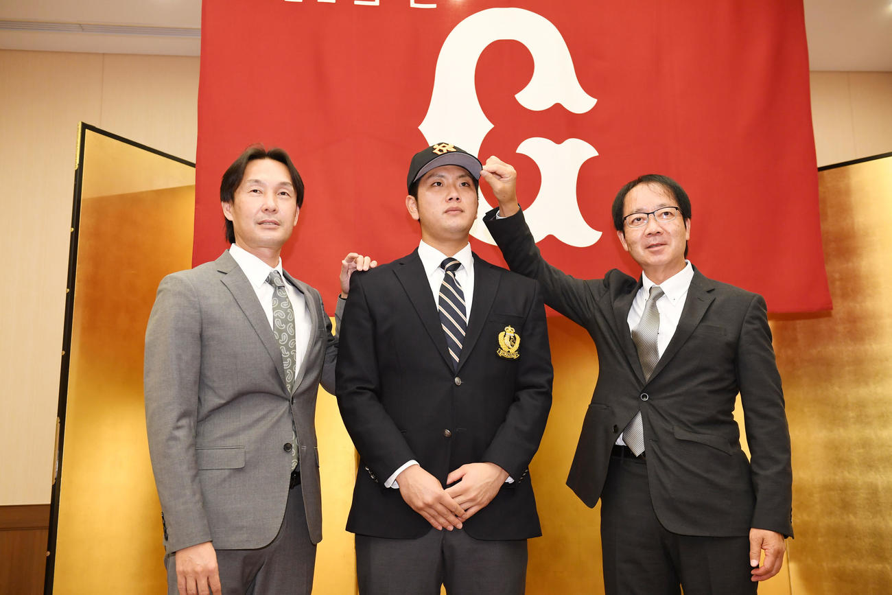 巨人と仮契約を結んだドラフト育成5位の駒大・前田(中央)。左は榑松スカウト部次長、右は内田スカウト(撮影・横山健太)