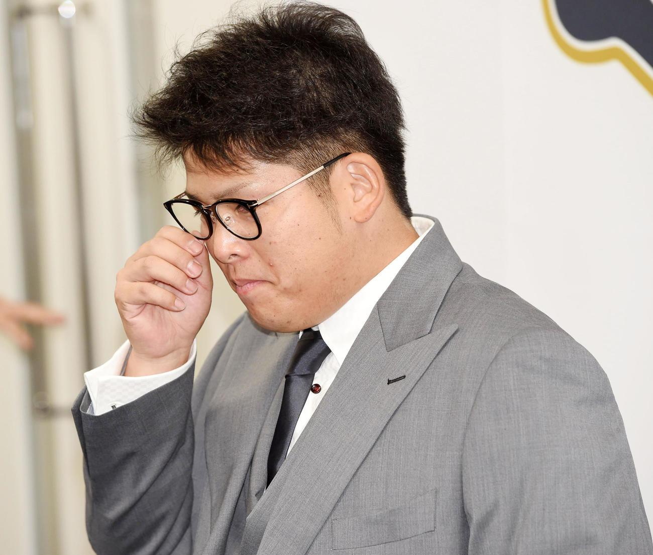 提示額を保留、厳しい表情で会見を行う沢田(撮影・前岡正明)