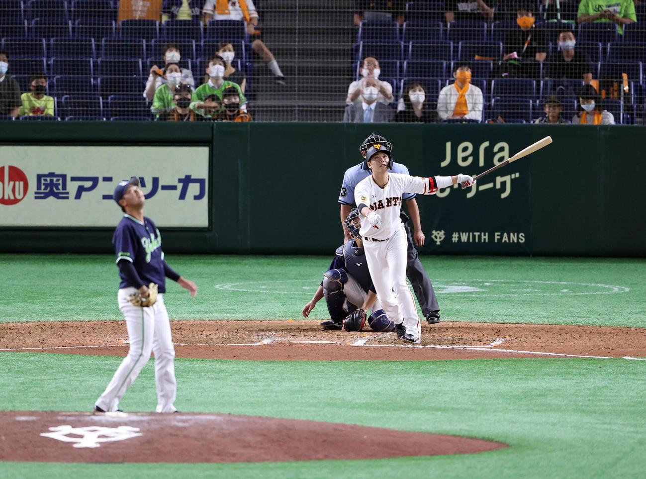 巨人坂本に左越えソロ本塁打を浴びるヤクルト中尾輝(2020年8月12日撮影)