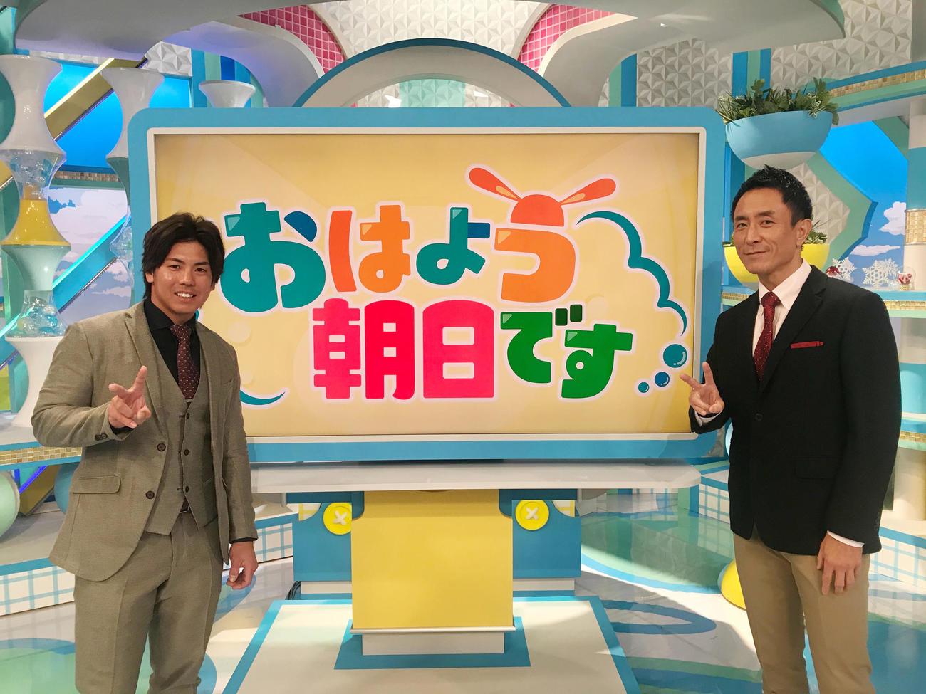 「おはよう朝日です」に出演した梅野隆太郎、右は岩本計介アナウンサー(球団提供)