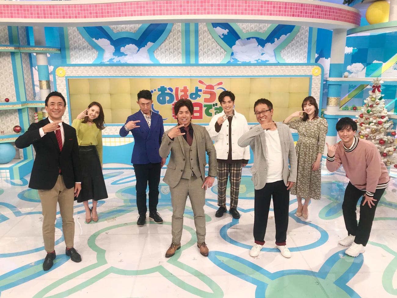 「おはよう朝日です」に出演した梅野隆太郎は出演者とポーズを決める(球団提供)