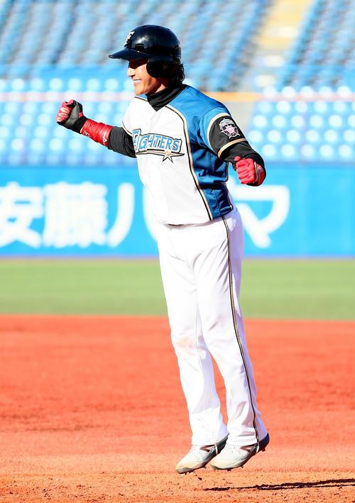 トライアウトの第4打席、左前打を放ちジャンプして喜ぶ新庄氏(撮影・足立雅史)