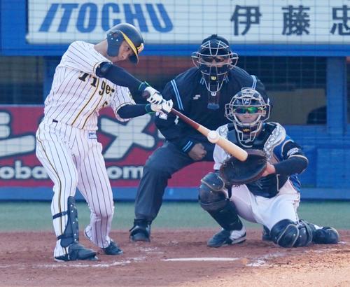 プロ野球合同トライアウトで二塁打を放つ阪神伊藤(撮影・江口和貴)