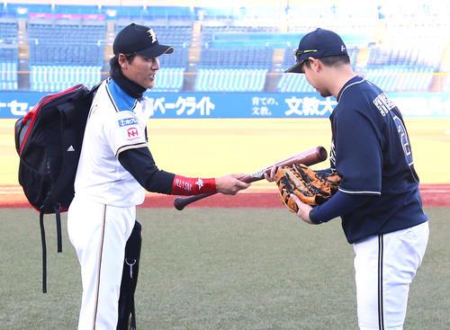 トライアウトを終えた新庄氏(左)はオリックス白崎にバットを渡す(撮影・足立雅史)