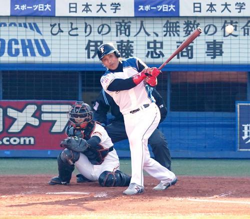 プロ野球合同トライアウトの第4打席、左前打を放つ新庄氏(撮影・江口和貴)
