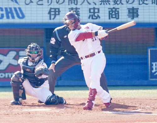 プロ野球合同トライアウトで本塁打を放つ楽天フェルナンド(撮影・江口和貴)