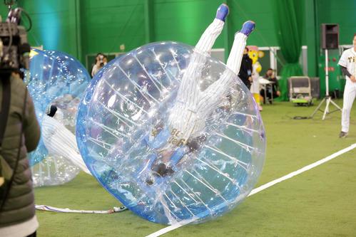 バブルボールバトルで回転する小幡(代表撮影)