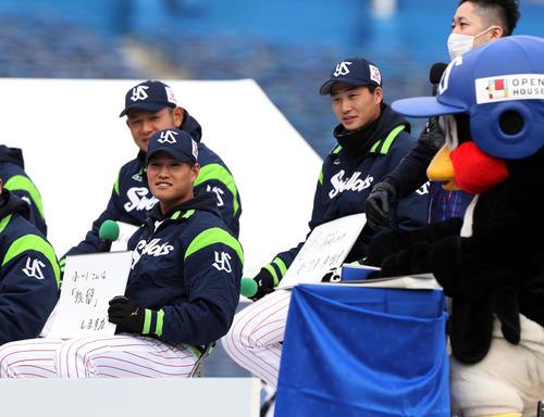 ファン感謝DAY つば九郎への悩み相談で「小川さん残留しますか?」と聞く高橋(撮影・狩俣裕三)