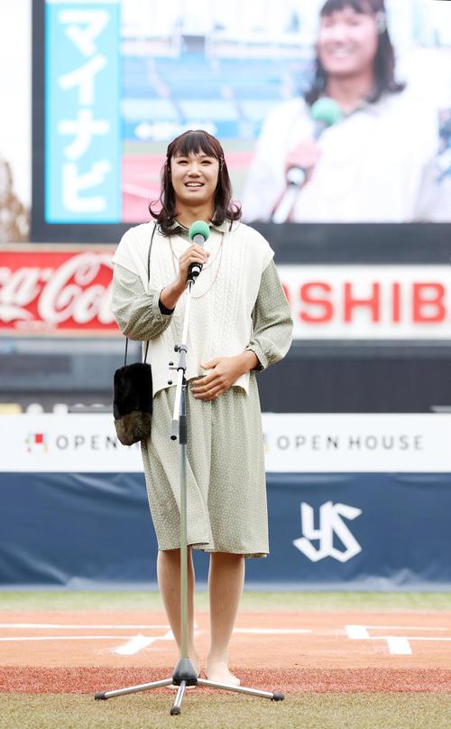 女装姿でファンにあいさつする奥川(撮影・狩俣裕三)