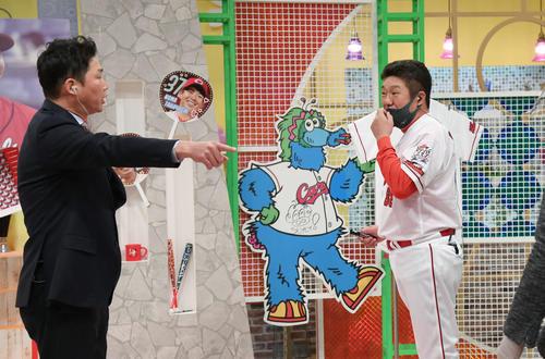 プロ野球広島 新型コロナのため、スタジオからの生中継で行われたファン感謝デー。来季の抱負などを話した佐々岡監督。左は新井貴浩氏