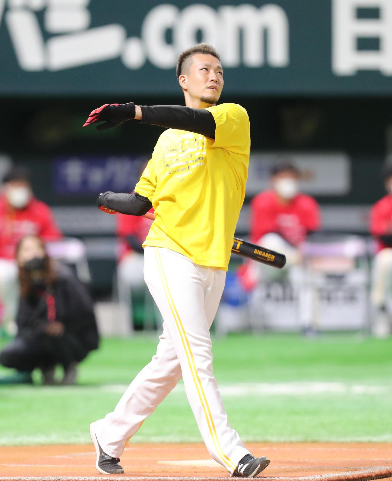 ファンフェスティバルでホームラン競走に出場した千賀滉大は力一杯バットを振る(撮影・梅根麻紀)