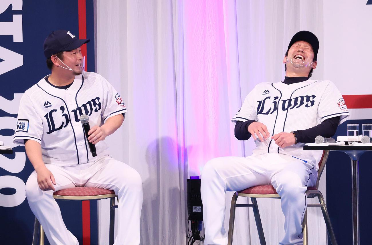 トークショーで笑顔を見せる西武の岡田(左)と増田(撮影・足立雅史)