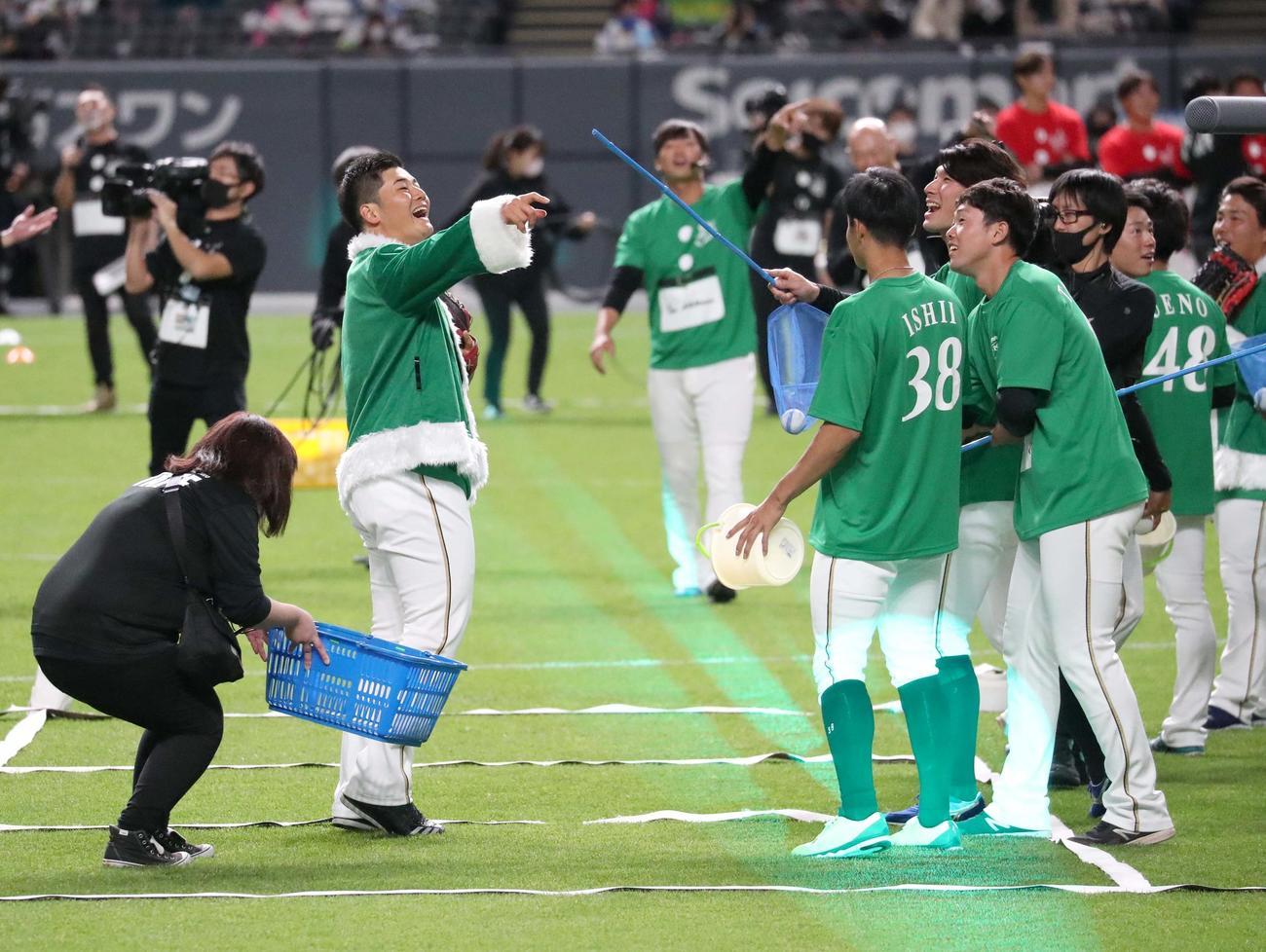 ベースボールバトルで打球を捕球出来ずチームメートから言い寄られる清宮(左)(撮影・佐藤翔太)