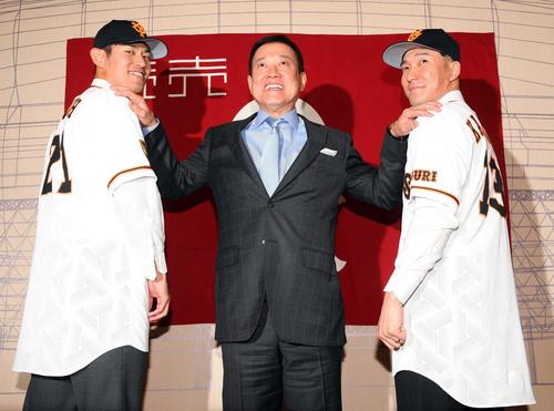巨人の入団会見で原監督(中央)と笑顔を見せる背番号「21」の井納(左)と背番号「13」梶谷(撮影・たえ見朱実)