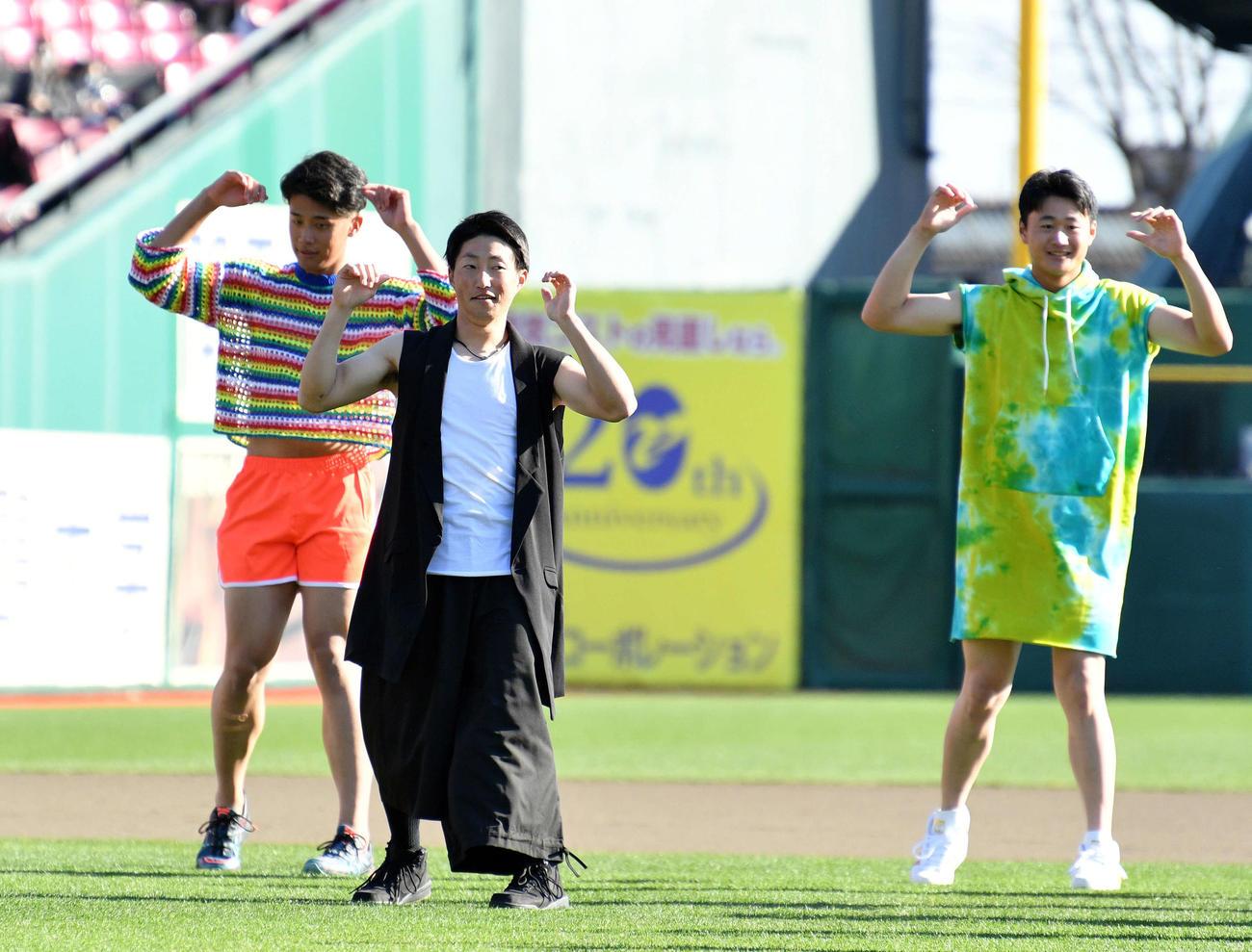 楽天ファン感謝祭で「NiziU」ならぬ「NiziE」としてダンスを披露した小深田(中央)ら選手たち(撮影・滝沢徹郎)