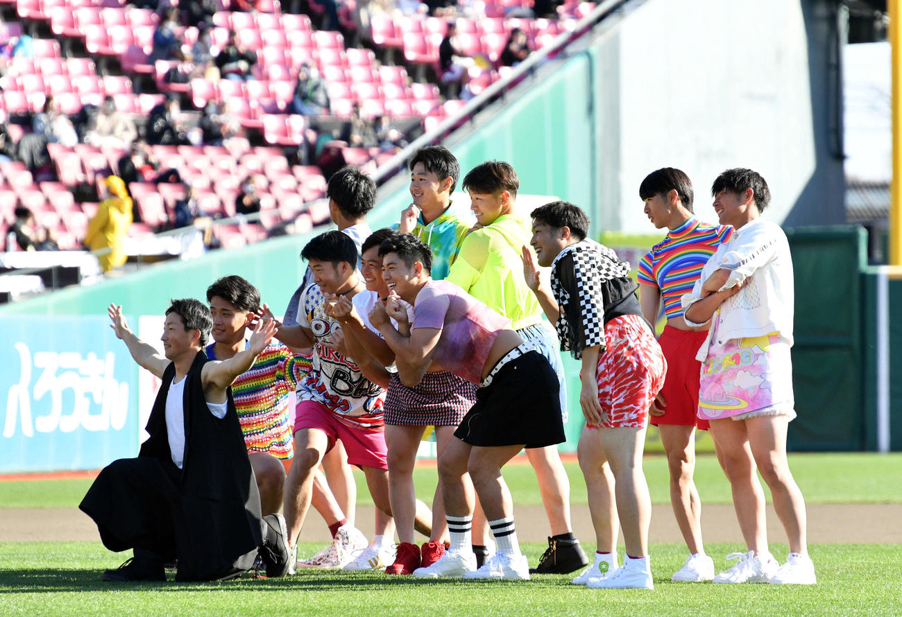楽天ファン感謝祭で「NiziU」ならぬ「NiziE」としてダンスを披露した小深田(左)ら選手たち(撮影・滝沢徹郎)
