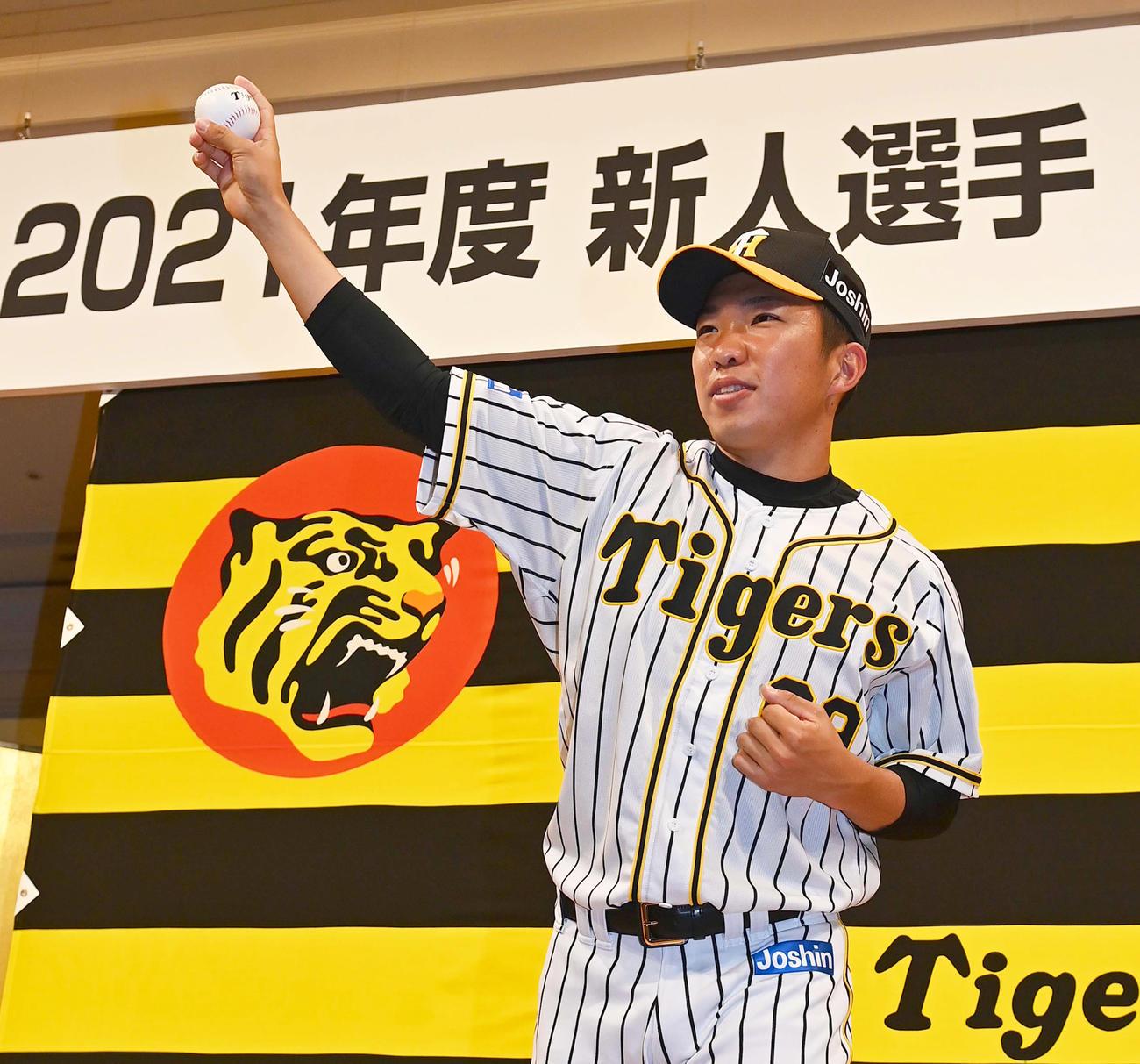 新人選手入団発表会で投球ポーズを披露するドラフト8位の石井大智(撮影・上田博志)