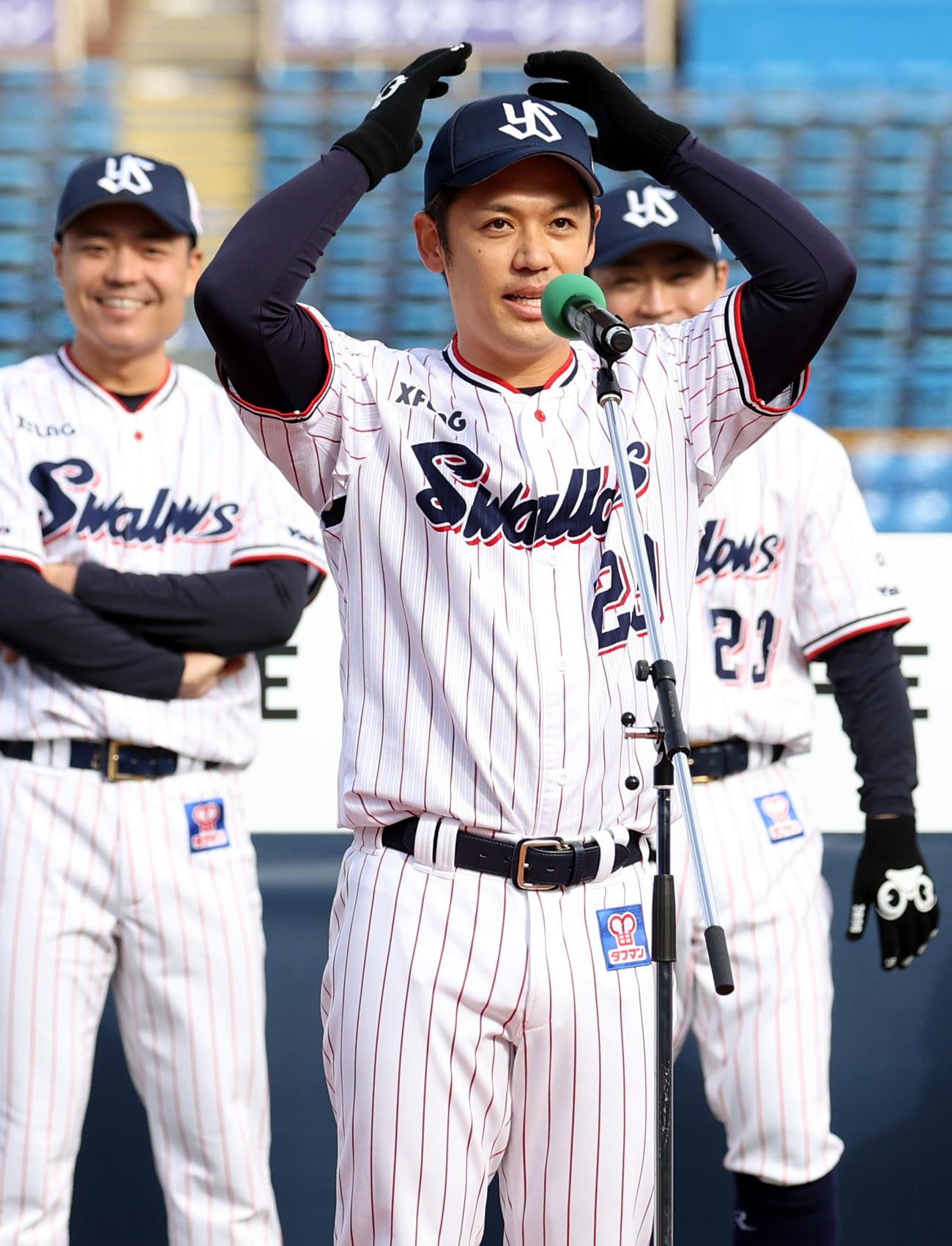 「お騒がせしています」とファンにあいさつする小川(2020年12月6日撮影)