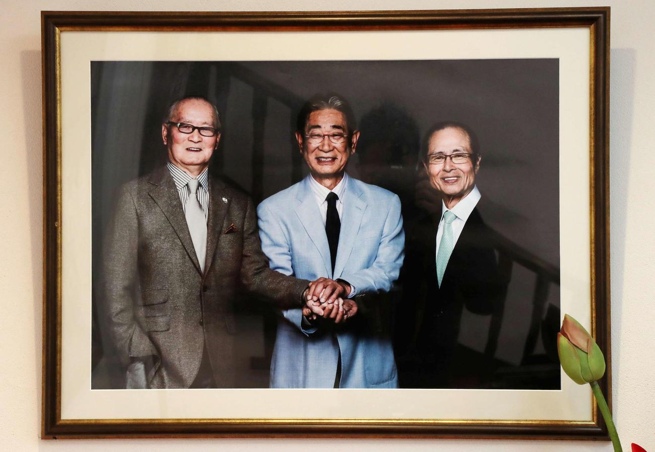 星野仙一氏が生前過ごしていた自室に飾られている長嶋茂雄氏、王貞治氏との3ショットパネル(撮影・加藤哉)