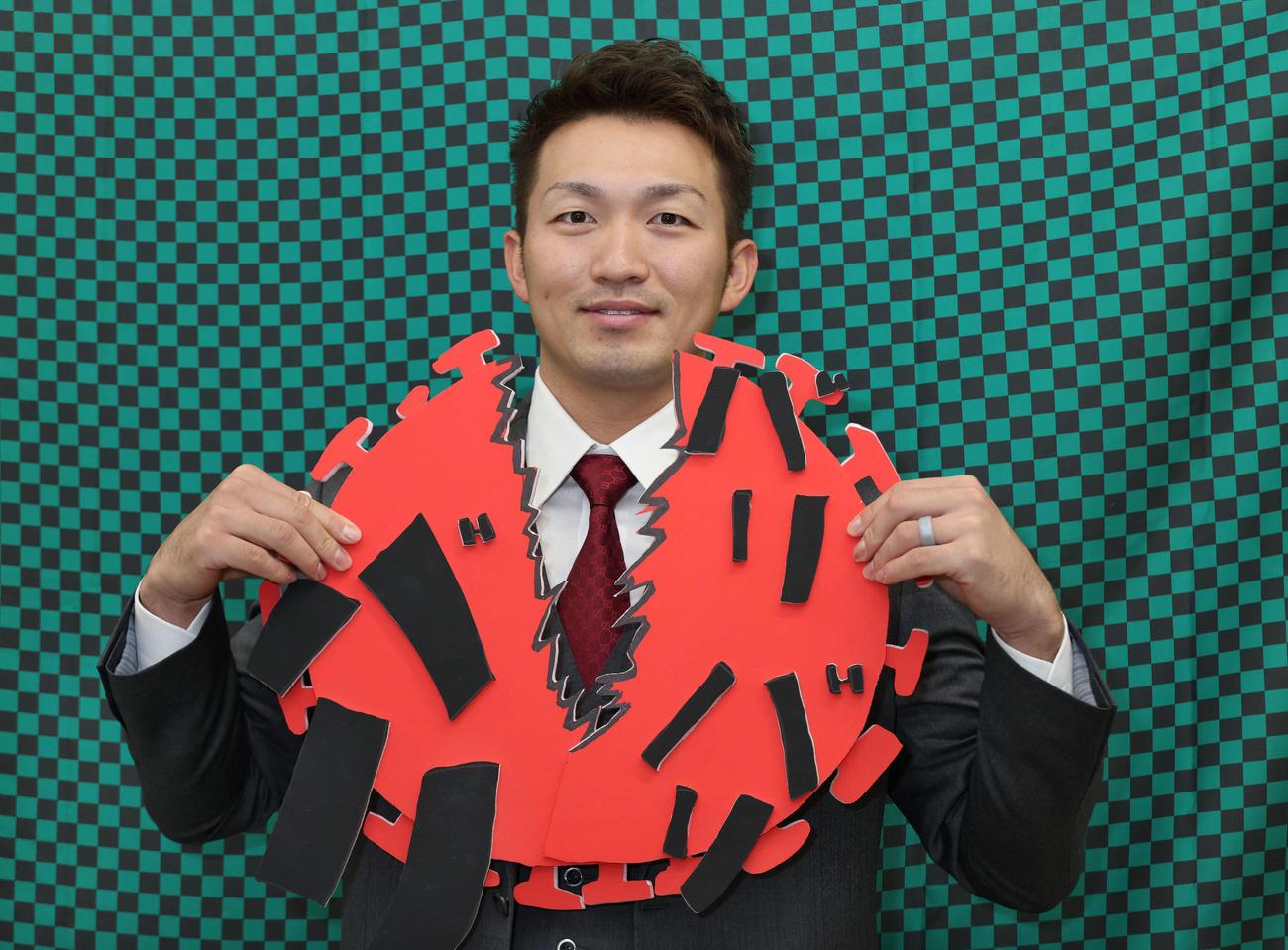 契約更改した鈴木誠。来季キャッチフレーズの「バリバリバリ!」のように新型コロナもバットで打ち破る!?(撮影・加藤孝規)