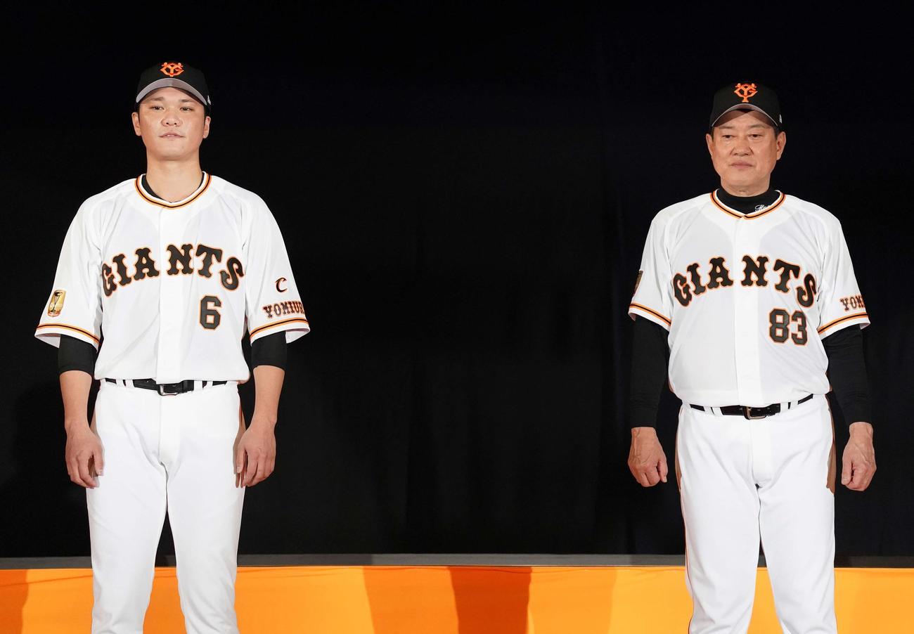巨人シーズン感謝祭で新ユニホームを発表する原監督(右)と坂本(撮影・江口和貴)
