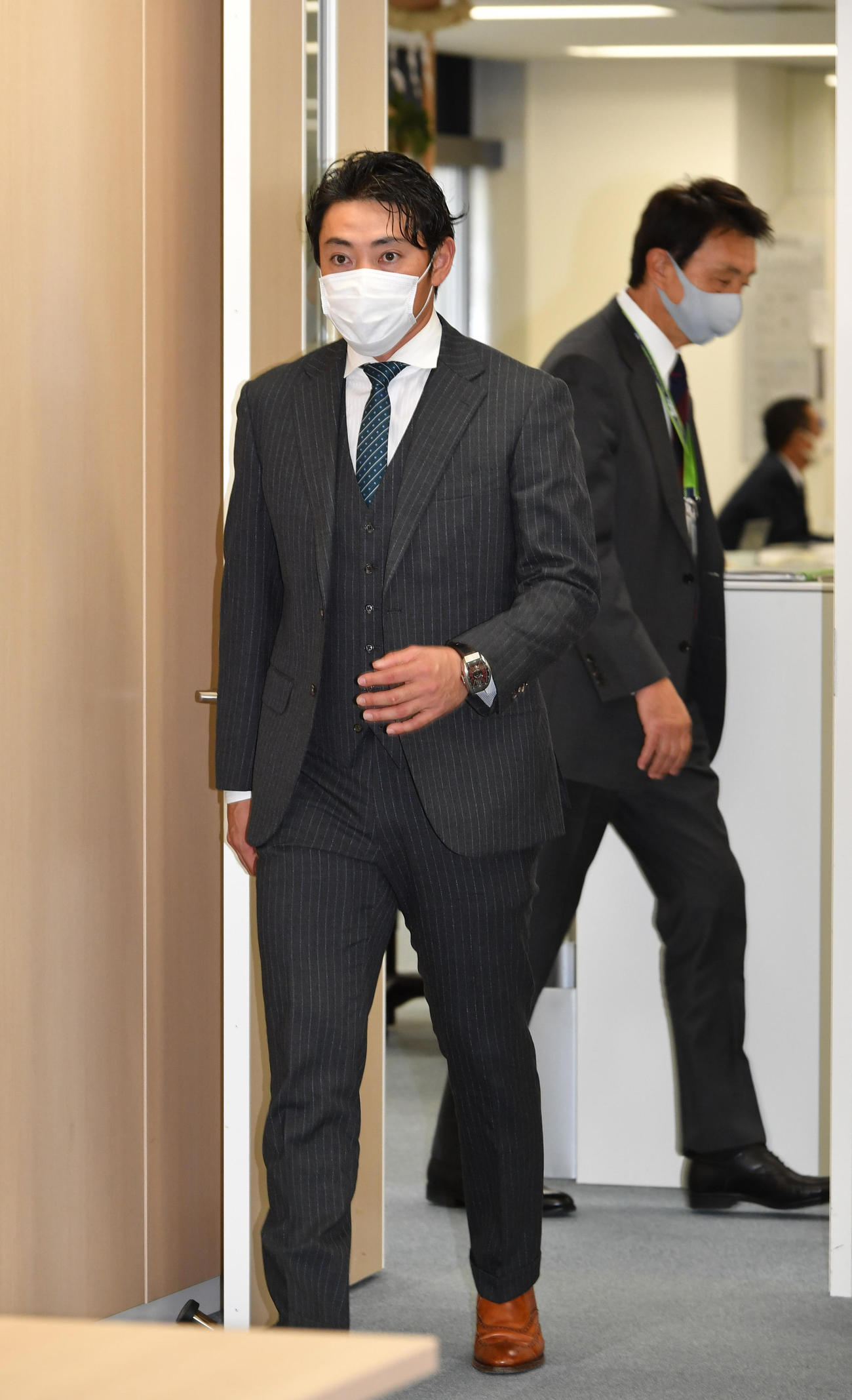 入団会見の会場に現れた内川聖一。後方は小川淳二GM(代表撮影)